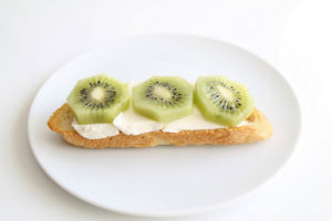 desayuno-ligero-tostada-queso-kiwi